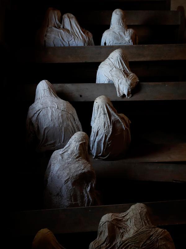 Gambar pada 30 Agustus 2018 menunjukkan patung-patung berselimut jubah yang ditampilkan di Gereja St George, Lukova, Republik Ceko. Sekilas, patung-patung ini terlihat mirip hantu dengan jubah putih yang membuat bulu kuduk merinding. (AP/Petr David Josek)
