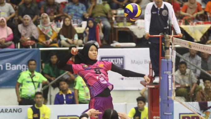 Pemain Jakarta PGN Popsivo Polwan Arsela Nuari siap melancarkan smes saat menghadapi BNI 46 pada seri kedua putaran kedua Proliga 2019 di Gelanggang Remaja Pekanbaru, Riau, Minggu (20/1/2019). Popsivo menang 3-2. (foto: PBVSI)
