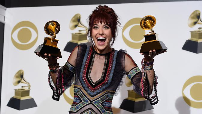 Laura Daigle berpose dengan penghargaan Grammy Awards 2019 di Staples Center, Los Angeles, AS, Minggu (10/2). Laura meraih Best Contemporary Christian Music Album dan Best Contemporary Christian Music Performance/Song.(Photo by Chris Pizzello/Invision/AP)