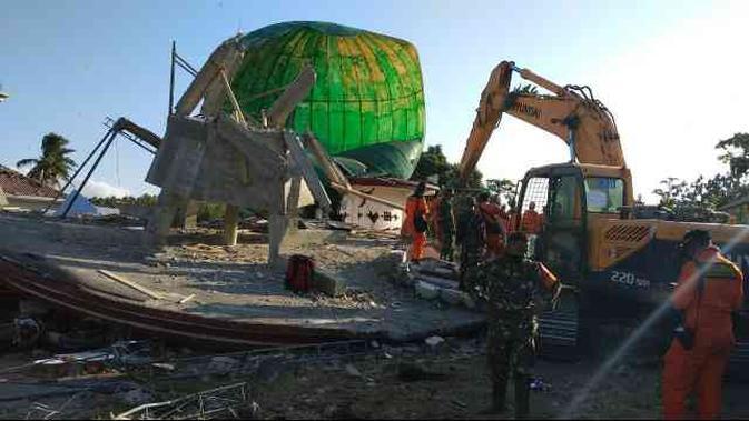 Tim evakuasi gabungan menemukan sesosok jasad korban gempa yang masih terjebak dalam reruntuhan bangunan masjid ambruk. Masjid ter...