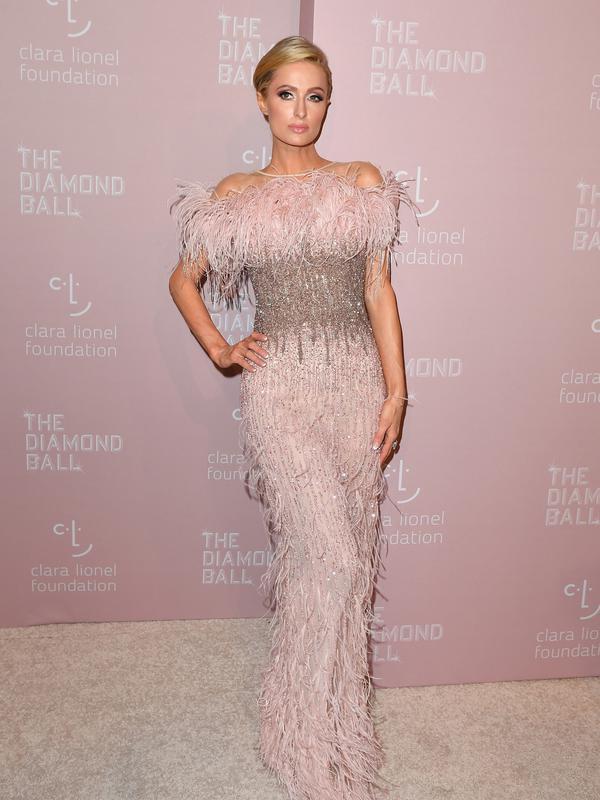 Model dan sosialita Paris Hilton saat menghadiri Diamond Ball ke-4 di Cipriani Wall Street, New York, AS, Kamis (13/9). Paris mengenakan gaun bulu berwarna merah jambu. (ANGELA WEISS/AFP)