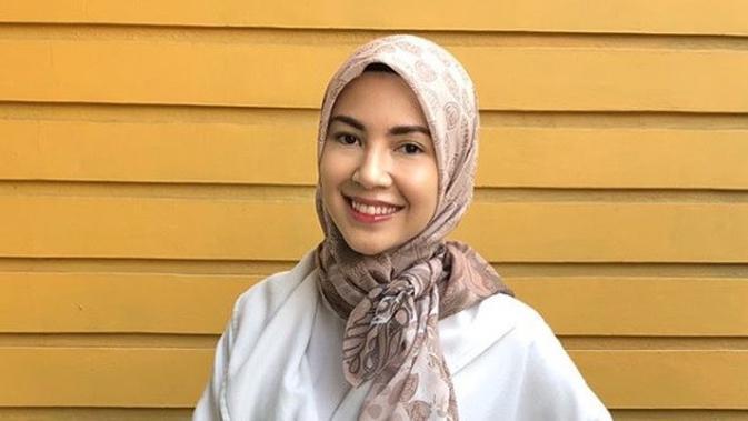 Model Hijab diikat seperti pita (dok. instagram @ratnagalih/ https://www.instagram.com/p/Bm-47oeBHd7/ Adinda Kurnia0