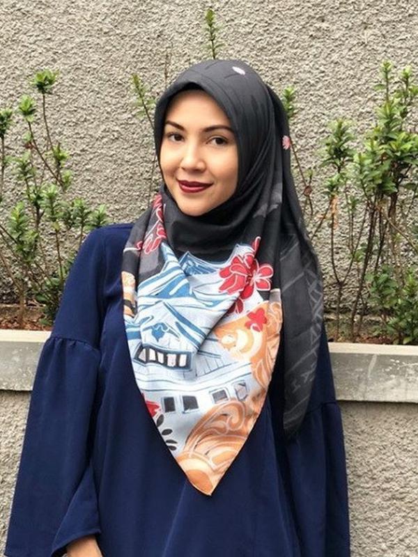 Ratna Galih memakai hijab bernuansa gelap bermotif (dok. instagram @ratnagalih/ https://www.instagram.com/p/BnBg9j5haJf/ Adinda Kurnia Islami