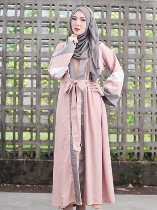 Ratna Galih dan model hijab pasmina (dok. instagram @ratnagalih/ https://www.instagram.com/p/BijM8DQhuOc/ Adinda Kurnia)