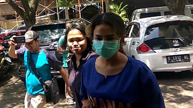 Tersangka kasus prostitusi online di Surabaya, artis VA untuk pertamakalinya mengenakan baju tahanan Polda Jatim berwarna biru, Kamis (7/2/2019).