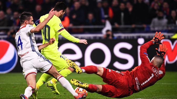 Kiper Lyon Anthony Lopes (kanan) menghalau tendangan penyerang Barcelona Lionel Messi (tengah) pada leg pertama babak 16 besar Liga Champions di Decines, Lyon, Prancis, Selasa (19/2). Laga berakhir 0-0. (FRANCK FIFE/AFP)