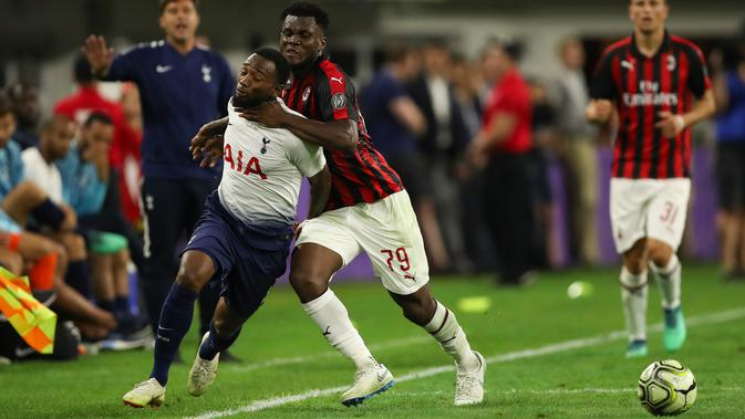 Gelandang AC Milan Franck Kessie berusaha menghalau laju pemain Tottenham Hotspur Georges-Kevin Nkoudou saat bertanding pada International Champions Cup di Minneapolis (31/7). Tottenham menang 1-0 atas Milan berkat gol Nkoudou. (AP Photo/Jeff Wheeler)