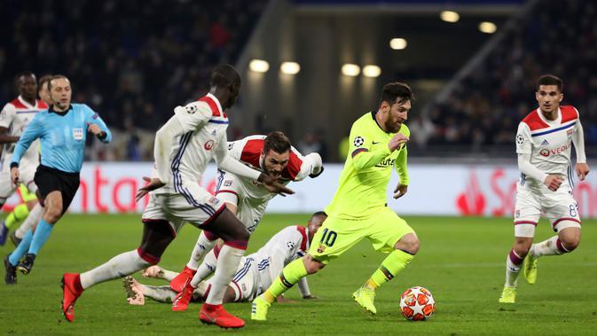 Penyerang Barcelona Lionel Messi (dua kanan) menggiring bola melewati para pemain Lyon pada leg pertama babak 16 besar Liga Champions di Decines, Lyon, Prancis, Selasa (19/2). Laga berakhir 0-0. (AP Photo/Laurent Cipriani)