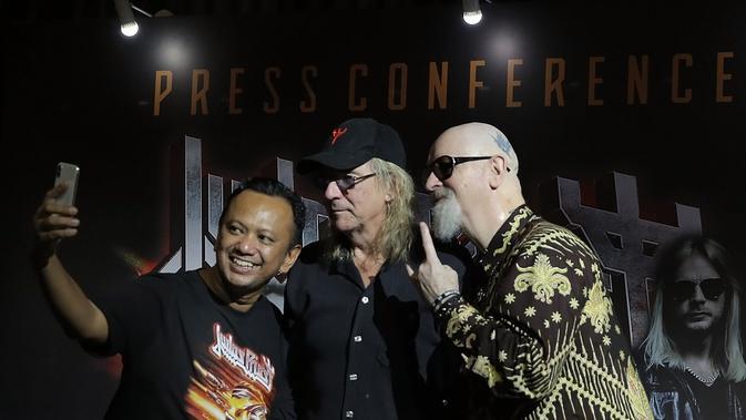 CEO Rajawali Indonesia Communication, Anas S Alimi (kiri) bersama dua personel Judas Priests, Glenn Tipton dan Rob Halford. (Bambang E. Ros/Fimela.com)