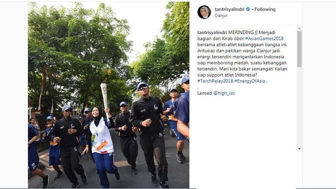 Tantri Kotak membawa obor Asian Games 2018 di Cianjur, Jawa Barat. [foto: instagram/tantrisyalindri]