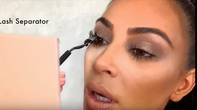 Lash-separator yang digunakan Kim Kardashian untuk membuat bulu matanya terlihat lentik. (dok. Youtube Vogue/https://www.youtube.com/watch?v=Qb6CKuD1GTk/Esther Novita Inochi)