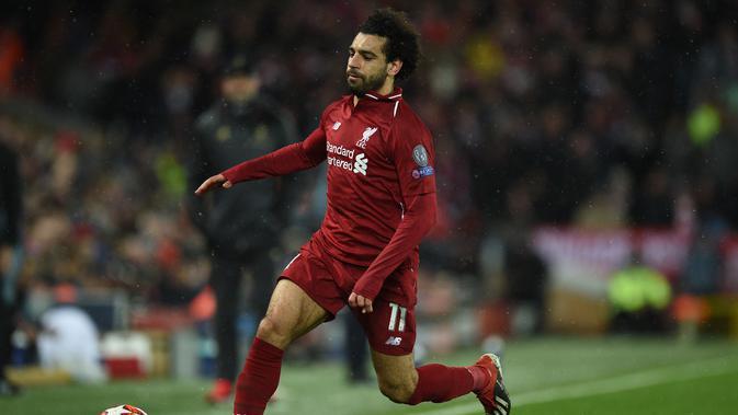 Aksi Mohamed Salah pada leg 1, babak 16 besar Liga Champions yang berlangsung di stadion Anfield, Liverpool, Rabu (20/2). Liverpool imbang 0-0 kontra Bayern Munchen. (AFP/Oli Scarff)