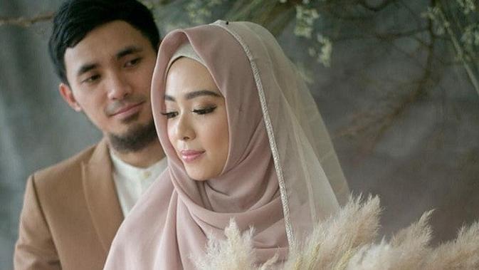 Gaya romantis Lindswell Kwok dan Achmad Hulaefi dalam jepretan kamera Diera Bachir. (dok. Instagram @irnalaperleofficial/@https://www.instagram.com/p/BrKdZsKhtlZ/Dinny Mutiah)