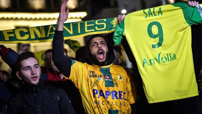 Mantan bintang FC Nantes, Emiliano Sala dikabarkan meninggal dunia usai pesawat yang ditumpanginya hilang dari kontak, selasa (22/1). Hal tersebut membuat pendukung FC Nantes larut dalam rasa duka. (AFP/Loic Venance)