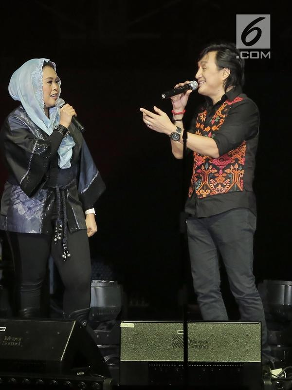 Grup band KLa Project tampil berkolaborasi dengan Yenny Wahid dalam konser bertajuk Karunia Semesta di JCC Plennary Hall, Jakarta Pusat, Rabu (5/12). Konser dihelat untuk merayakan 30 tahun perjalanan karier mereka. (New Fimela/Bambang Eros)