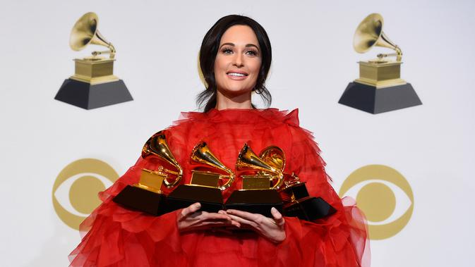 Kacey Musgraves berpose dengan penghargaan Grammy Awards 2019 di Staples Center, AS, Minggu (10/2). Kacey meraih penghargaan Album of the Year, Best Country Album, Best Country Song, dan Best Country Solo Performance. (Photo by Chris Pizzello/Invision/AP)