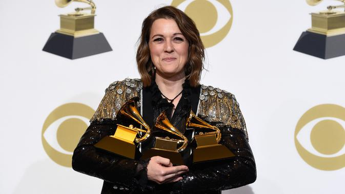 Brandi Carlile berpose dengan penghargaan Grammy Awards 2019 di Staples Center, Los Angeles, AS, Minggu (10/2). Brandi meraih penghargaan Best American Album, Best American Roots Performance, Best American Roots Song. (Photo by Chris Pizzello/Invision/AP)
