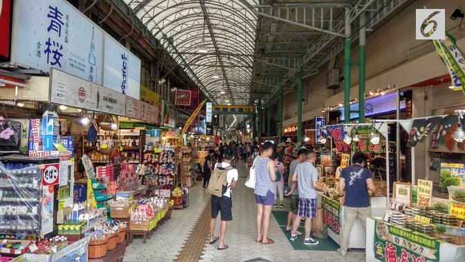 Okinawa punya Kokusai Street atau Kokusai Dori yang dalam bahasa Indonesia berarti Jalan International. Berlokasi di pusat Kota Naha, jalan sepanjang 1,6 kilometer ini menjadi destinasi wisata belanja utama di Okinawa. (Liputan6.com/ Ahmad Ibo)