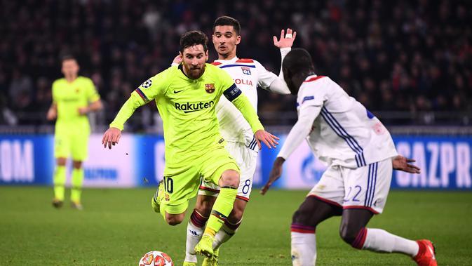 Aksi Lionel Messi mencoba melewat dua pemain Lyon pada leg 1, babak 16 besar Liga Champions yang berlangsung di stadion Parc Olympique Lyonnais, Lyon, Rabu (20/2). Barcelona bermain imbang 0-0 kontra Lyon. (AFP/Franck Fife)