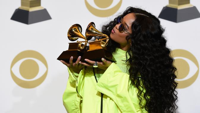 NYA berpose dengan penghargaan Grammy Awards 2019 di Staples Center, Los Angeles, California, AS, Minggu (10/2). NYA meraih penghargaan Best R&B Performance dan Best R&B Album. (Photo by Chris Pizzello/Invision/AP)