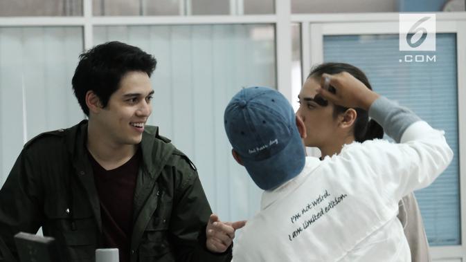 Maxime Bouttier menjadi sutradara dan pemeran utama di film Kain Kafan Hitam