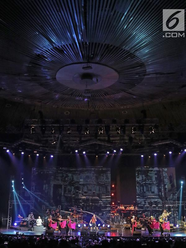 Para penari tradisional memeriahkan konser Grup band KLa Project bertajuk Karunia Semesta di JCC Plennary Hall, Jakarta Pusat, Rabu (5/12). Konser itu sebagai perayaan 30 tahun eksistensi KLa Project di blantika musik Indonesia. (New Fimela/Bambang Eros)
