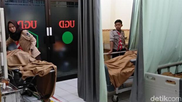 Korban dibawa ke puskesmas terdekat untuk mendapatkan perawatan