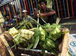 Penjual Kulit Ketupat Kantongi Jutaan Rupiah Jelang Lebaran