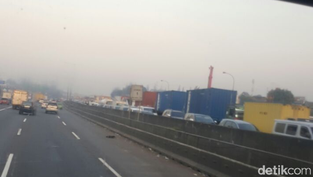 Suasana lalu lintas di Tol Cikampek arah Bandung.