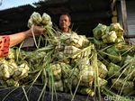 Jelang Lebaran, Pedagang Sayur Kini Jualan Kulit Ketupat