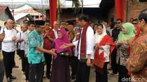 Foto: Jokowi ke Rumah Tokoh Pers Adinegoro dan Beri Sertifikat Tanah