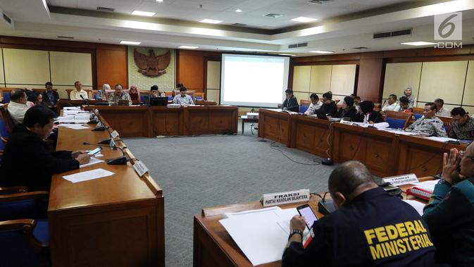 Suasana Rapat Pansus Revisi UU Terorisme di Kompleks Parlemen, Senayan, Jakarta, Rabu (31/5). Rapat membahas Revisi UU Nomor 15 Tahun 2003 tentang Pemberantasan Tindak Pidana Terorisme (UU Anti-Terorisme) secara substantif. (Liputan6/Johan Tallo)