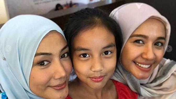 Erra Fazira dan Laudya Cynthia Bella peluk Aleesya (Instagram/@errafazira)
