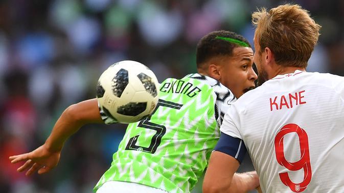 Bek Nigeria, William Troost-Ekong, duel udara dengan striker Inggris, Harry Kane, pada laga persahabatan di Stadion Wembley, London, Sabtu (2/6/2018). Inggris menang 2-1 atas Nigeria. (AFP/Ben Stansall)