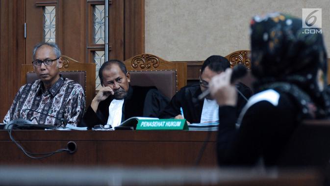 Terdakwa perkara merintangi penyidikan dugaan korupsiE-KTP, Bimanesh Sutarjo menyimak kesaksian Deisti Astriani Tagor pada sidang lanjutan di Pengadilan Tipikor, Jakarta, Senin (16/4). Sidang mendengar keterangan saksi. (Liputan6.com/Helmi Fithriansyah)