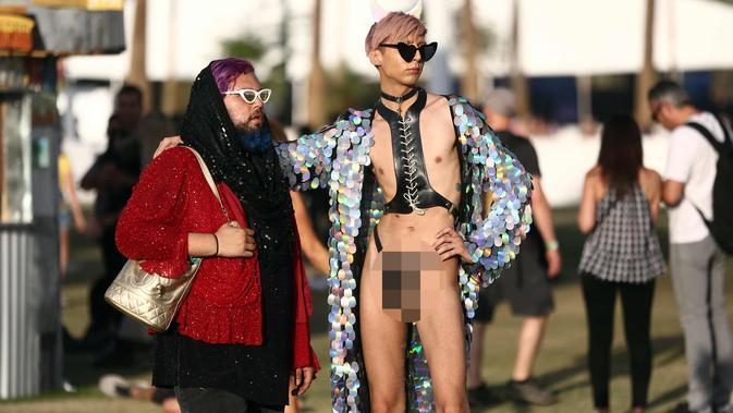 Dua penonton saat menghadiri Music & Arts Festival 2018 di Empire Polo Club di Indio, Calif (15/4). Festival Coachella ini sudah ada sejak tahun 1999. (AFP Photo/Rich Fury)