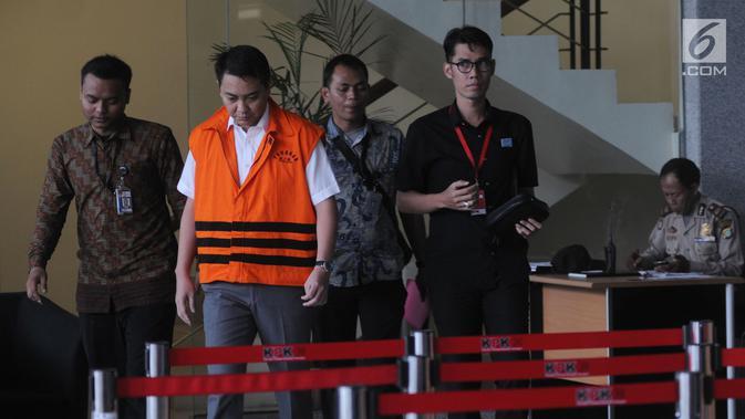 Tersangka anggota DPR Fayakhun Andriadi menuju ruang penyidik untuk menjalani pemeriksaan di gedung KPK, Jakarta (6/4). Fayakhun menjadi tersangka kasus suap pengadaan satelit monitoring di Badan Keamanan Laut (Bakamla). (Merdeka.com/Dwi Narwoko)