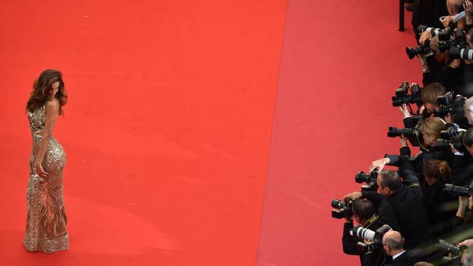 Izabel Goulart berpose di karpet merah saat menghadiri pemutaran film