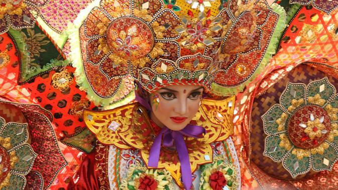 Turis asing mengikuti acara Banyuwangi Ethno Carnival. [Foto: Dian Kurniawan/Liputan6.com]