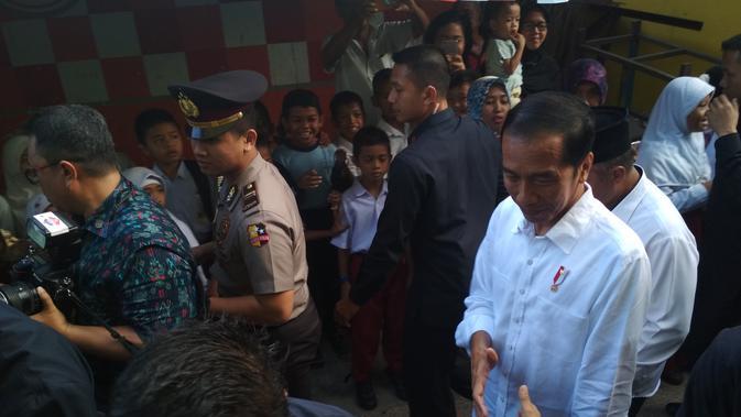 Presiden Jokowi mengunjungi desa Batu Merah atau Red Stone di Ambon, Maluku, Rabu. (Moch Harun Syah/Liputan6.com)