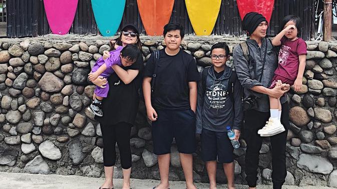 Anji boyong keluarganya liburan [foto: instagram]