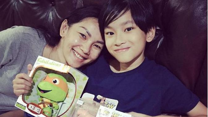 Kalina Ocktaranny dan putra semata wayangnya, Azka [foto: instagram/kalinaocktaranny]