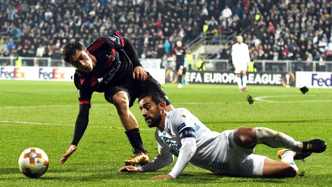 Bek AC Milan, Davide Calabria, berebut bola dengan gelandang Rijeka, Mate Males, pada laga Liga Europa di Stadion HNK Rijeka, Jumat (8/12/2017). AC Milan takluk 0-2 dari Rijeka. (AFP/Stringer)