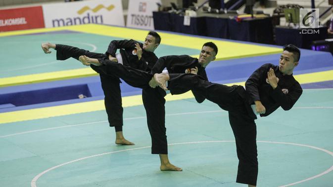 Pesilat Indonesia memperlihatkan jurus dalam pertandingan Pencak Silat Beregu Putra saat final 18th Asian Games Invitation Tournament di Padepokan Silat TMII, Jakarta, Rabu (14/2). Indonesia menyabet emas dengan skor 466. (Liputan6.com/Faizal Fanani)