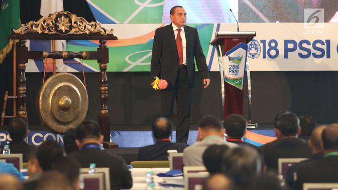Ketum PSSI Edy Rahmayadi usai memukul gong dalam pembukaan kongres PSSI 2018 di ICE, BSD, Tangerang Selatan, Sabtu (13/1). Kongres Tahunan PSSI ini dibagi dalam dua agenda, yakni: Kongres Luar Biasa (KLB) dan Kongres Biasa. (Liputan6.com/Angga Yuniar)