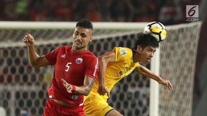 Bek Persija, Jaimerson Da Silva berebut bola atas dengan pemain Song Lam Nghe An pada fase grup H Piala AFC di Stadion GBK Jakarta, Rabu (14/3). Babak pertama Persija ditahan imbang Soang Lam Nghe An 0-0. (Liputan6.com/Helmi Fithriansyah)
