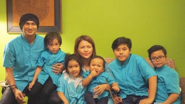 Wina Natalia dan Anji bersama anak-anak mereka (Instagram/@winatalia)