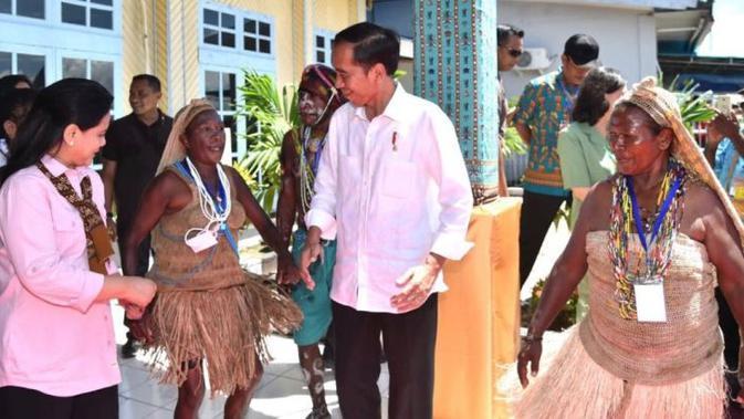 Presiden Jokowi menghadiri puncak Peringatan Hari Ibu di Lapangan Waisai Torang Cinta (WTC), Kabupaten Raja Ampat, Provinsi Papua Barat, Jumat (22/12/2017).