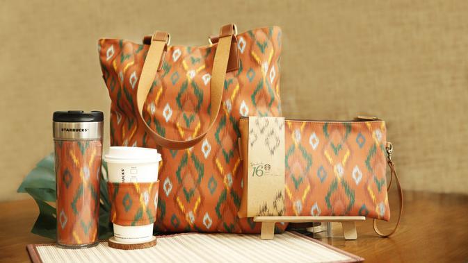 Starbucks berkolaborasi dengan Didiet Maulana untuk mempromosikan tenun ikat sebagai kearifan lokal Indonesia, penasaran seperti apa? Sumber foto: Starbucks Indonesia.