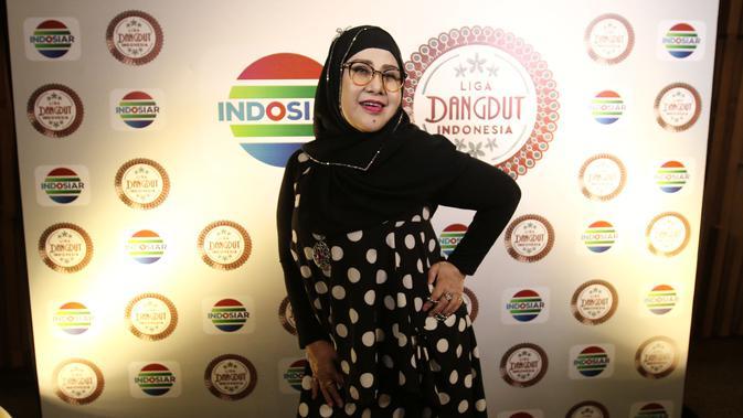 Penyanyi dangdut Elvy Sukaesih berpose seusai jumpa pers Liga Dangdut Indonesia di SCTV Tower, Jakarta, Jumat (12/01/2018). Peserta Liga Dangdut Indonesia akan dikomentari langsung oleh dewan dangdut dan promotor. (Foto: Herman Zakharia/Liputan6.com)
